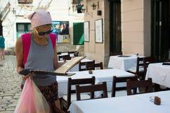 女孩观察菜单在一家空的餐馆 免版税库存照片