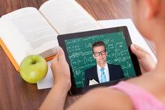 女孩观看的教育讲解 免版税库存照片