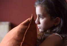 女孩观看的电视后在晚上 免版税库存图片