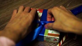 女孩解开在礼物的一把弓 股票视频