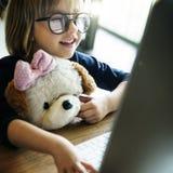 女孩计算机科技网络连接网上概念 免版税库存照片