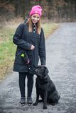 女孩训练狗 库存照片