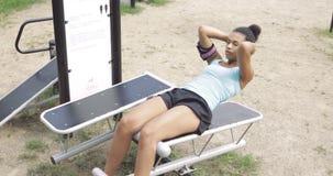 女孩训练吸收在公园 股票视频