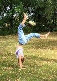 女孩训练手倒立 免版税库存照片