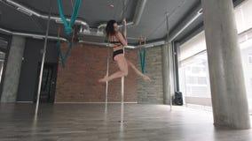 女孩训练杆舞蹈4K 股票录像