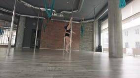 女孩训练杆舞蹈4K 影视素材