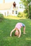 女孩训练桥梁 免版税库存照片