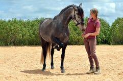 女孩训练马 免版税库存图片