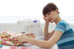 女孩设备疲倦的裁缝缝合 免版税库存图片