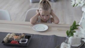 女孩设法在家吃与筷子的寿司 影视素材