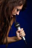 女孩话筒唱歌 库存照片