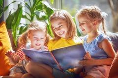女孩读一本书 免版税库存图片
