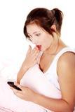 女孩读取冲击了青少年的sms 免版税库存照片