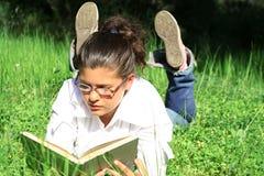 女孩读取学习 免版税库存照片