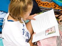 女孩读取年轻人 免版税库存照片
