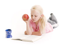 女孩读取年轻人 免版税图库摄影