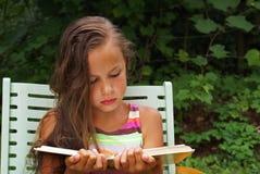女孩读取 图库摄影