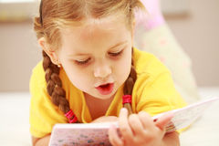 女孩读取 免版税库存照片