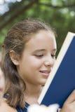 女孩读 免版税库存照片