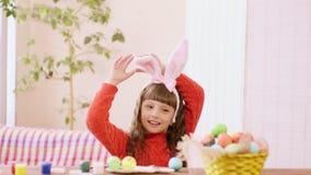 女孩调整她的兔宝宝耳朵 股票录像