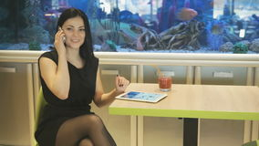 女孩谈话与使用一个手机的朋友 股票录像