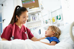 女孩谈话与加护病房的女性护士 库存图片
