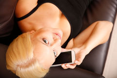女孩谈话与智能手机 免版税图库摄影