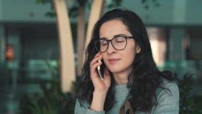 女孩谈话在一个手机 影视素材