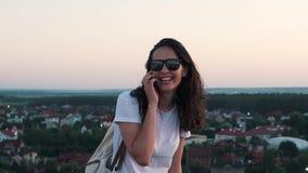 女孩谈话在屋顶的电话 股票录像