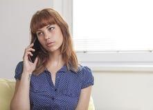 女孩谈话在巧妙的电话 免版税库存照片