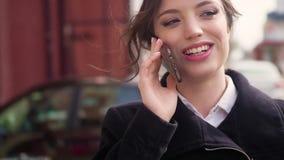 女孩谈话在微笑流动的手机,户外 愉快的妇女谈话在街道的巧妙的电话 影视素材