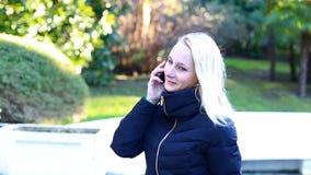 女孩谈话在微笑流动的手机,户外 愉快的妇女 影视素材