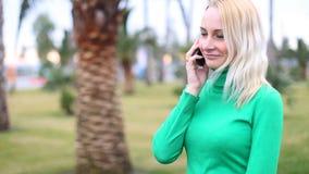 女孩谈话在微笑流动的手机,户外 愉快的妇女 股票视频
