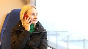 女孩谈话在微笑流动的手机,户外 愉快的妇女 股票录像