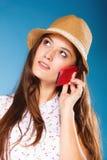 女孩谈话在手机智能手机 免版税库存图片
