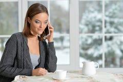 女孩谈话在智能手机 免版税图库摄影