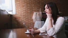 女孩谈话在片剂的互联网上 股票录像