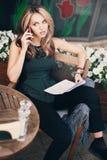 女孩谈话在电话 免版税图库摄影
