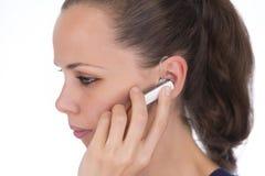 女孩谈话在耳机 免版税库存照片