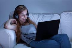 女孩谈话在skype 免版税库存照片