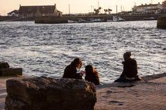 女孩谈话近从河 库存图片