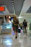 女孩购物中心购物 库存图片