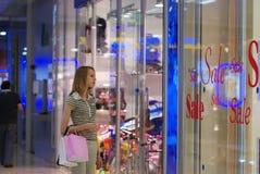 女孩购物中心购物 图库摄影