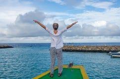女孩费用乘小船以被上升的手幸福 图库摄影