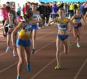 女孩赛跑继电器运行 免版税库存照片