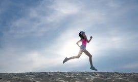 女孩赛跑者作用影片的剪影 库存图片