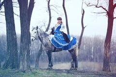 女孩走与马 免版税库存照片