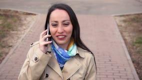 女孩走和谈话在手机 股票录像