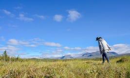 女孩走在山风景的在瑞典和远足者,瑞典(北斯堪的那维亚)的北部的阿比斯库国家公园国家公园 库存图片