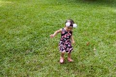 女孩走的一点 免版税库存图片